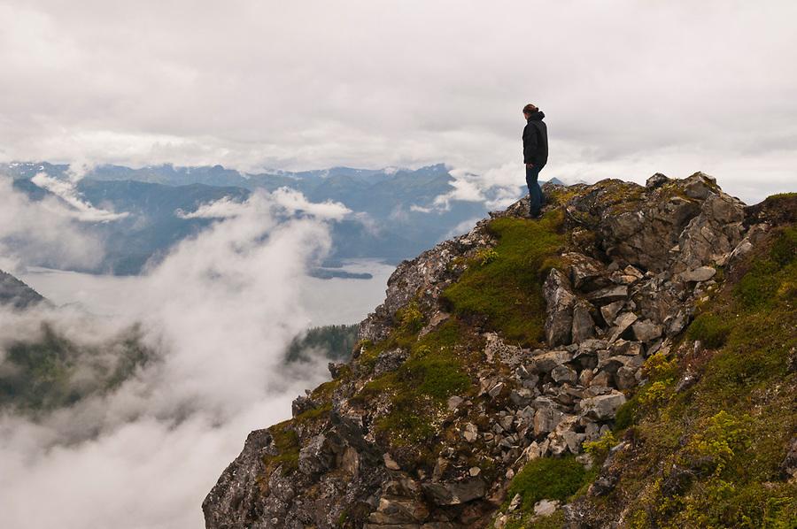 ایستاده بر بالاى كوه و به نظاره دره و آسمان و ابرها
